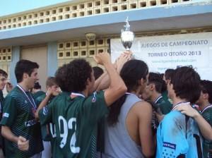 Equipo U17 Conquistadores de Guaynabo levantando copa de campeones.
