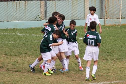 Los pibes del club Conquistadores celebran un gol en acción de la Liga Metro. Foto: Camelia Pico