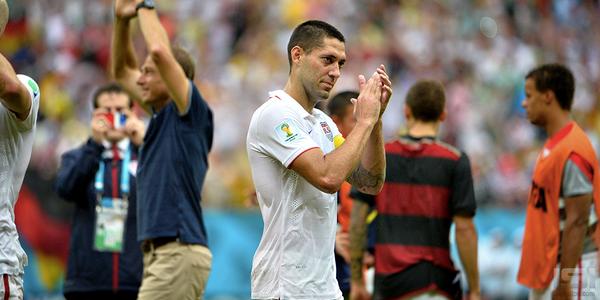 Dempsey aplaude a los fan que se dieron cita a la Arena Pernambuco. Foto: USSoccer