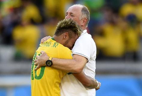 Luiz Felipe Scolari se abraza con Neymar tras victoria sobre Chile. (Foto: Prensa Libre)