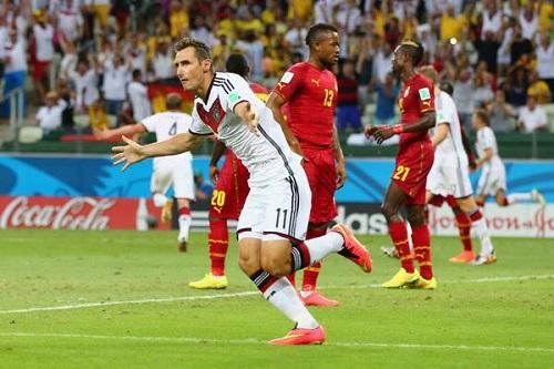 Miroslav Klose al empatar el record de máximo goleador de los mundiales.