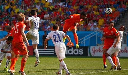 Leroy Fer anotando el primer gol de los holandeses. Foto: FIFA