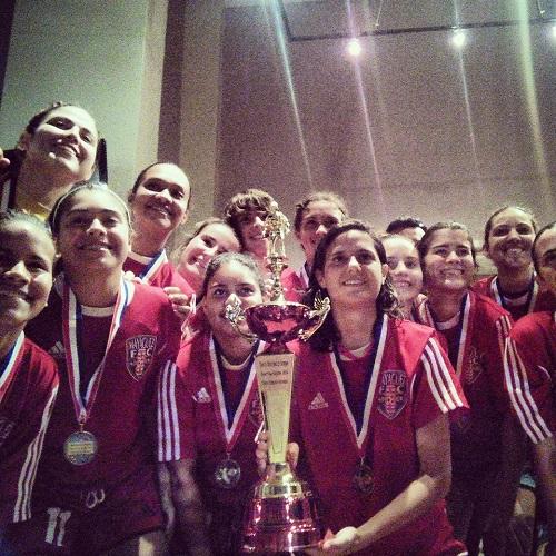 Mayagüez FC celebrando el primer campeonato femenino de la Súper Copa de la PRSL (Foto: Edwin R. Jusino)