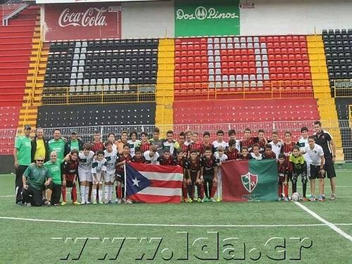 Conquistadores U13 posando con sus homólogos de la Liga Deportiva Alajuelense.