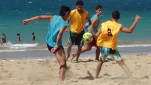 Partido masculino durante la Copa de Fútbol Playa en Pine Grove. Foto: Edwin R. Jusino