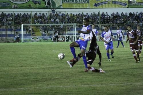 Héctor Ramos en el partido ante el Atlético Marte. Foto: Isidro Metapán