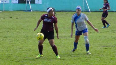 Nohemie Pérez controla un balón en la primera mitad del partido ante UPR Carolina. Foto: Edwin Jusino