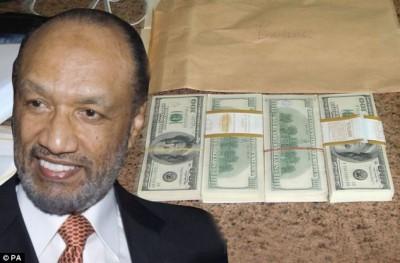 Mohammed bin Hamman insertado en la foto que sacó Fredd Lunn al dinero antes de regresarlo el mismo dia. Foto: Daily Mail.