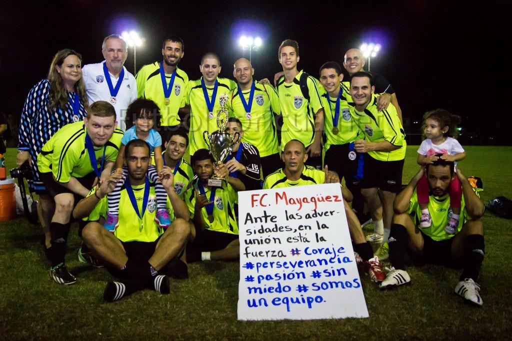 """""""Ante las adversidades, en la unión está la fuerza"""" se lee en un cartel que llevaba el equipo subcampeón, FC Mayagüez. (Foto: Keven David Flecha Velázquez)"""