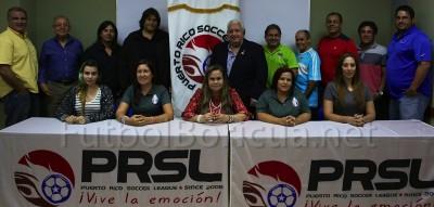 José Serralta (al centro) con los apoderados de la Puerto Rico Soccer League agosto 2015. Archivo
