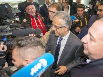 Presidente de la Confederación Asiática de Fútbol, Sheikh Salman Bin Ebrahim Al Khalifa (C), llegando al congreso extraordinario de CONCACAF en el hotel Renaissance en Zurich, Suiza, 25 February 2016. EPA/PATRICK B. KRAEMER