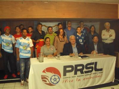 Jugadores, técnicos y presidentes de clubes con los administrativos de la PRSL. por Edwin Jusino