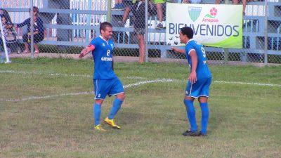 Martínez y Ferrer celebran tras el segundo gol de Metropolitan ante Arecibo. Por Edwin R. Jusino