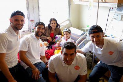 Jugadores del Puerto Rico FC visitando niños en el Hospital Oncológico. Suministrada