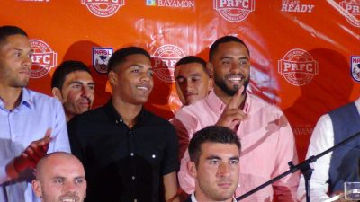 """Jorge Rivera (izquierda) y Héctor """"Pito"""" Ramos (derecha) al ser anunciado como nuevo fichaje del Puerto Rico FC. por Edwin Jusino"""