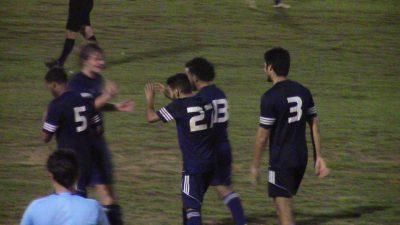 Los marlins celebran el último gol de la noche de Alexander Pérez. por Edwin R. Jusino