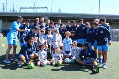 Equipo Nacional Sub20 con un grupo de niños. Ppr Keyvan Heidary