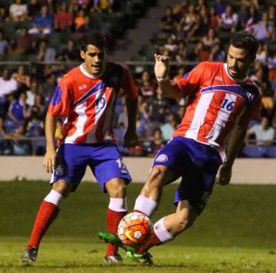 Olvin Ortiz (derecha) vistiendo los colores de la Selección Nacional. FACEBOOK
