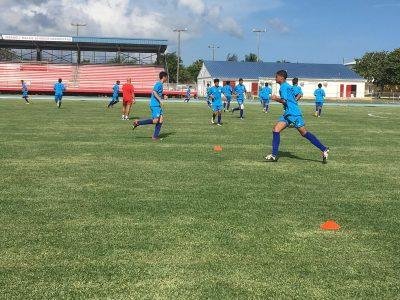 Miembros del Equipo Nacional Sub 17 de Puerto Rico en medio de una sesión de entrenamiento en Islas Caimán. (Suministrada FPF)
