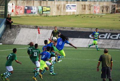 Alexis Rivera se levanta en el aire en un tiro de pelota parada en el partido del Bayamón FC ante el Yabuco FC del Torneo Clausura de la PRSL 2016. por Kelimar Santiago | Archivo