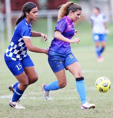 La jugadora Ann Cintrón (#11, derecha) marcó tres goles en la victoria de las Criollas de Caguas, 7-0, sobre Arecibo Leal FC. Armando Pereira / JPG Media Group