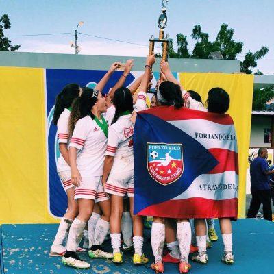Caribbean Stars celebrando su campeonato en la categoría U17. Suministrada