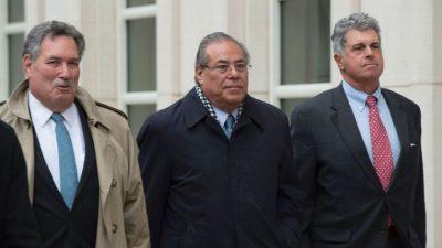 Julio Rocha (centro) el miércoles en las afueras del tribunal federal en Brooklyn. Por ESPN Deportes