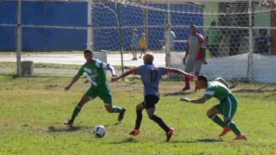 Joffren Santos se enfrenta a dos defensas del Don Bosco FC en la final de la Copa Don Bosco 2017. por Edwin R. Jusino