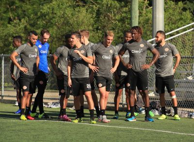 Tyler Rudy y Giuseppe Gentile conversan con algunos de los jugadores a prueba. Suministrada