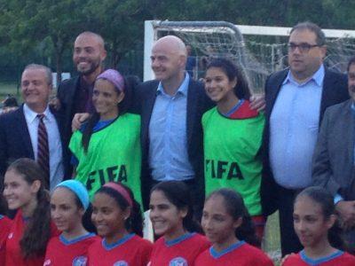 Gianni Infantino posa con varias jugadoras de la Selección Nacional de Fútbol de Puerto Rico. por Edwin R. Jusino