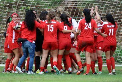 Las Jerezanas de la UPR de Río Piedras celebran el tercer lugar del fútbol femenino. (L. Minguela LAI)