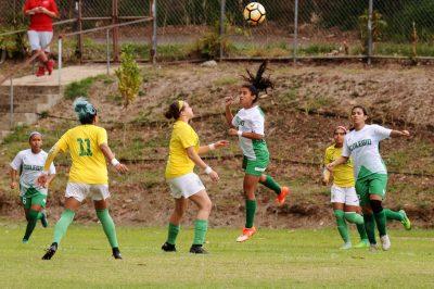 Las Juanas de la Colegio revalidaron el campeonato de fútbol femenino. (L. Minguela LAI)