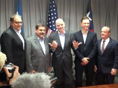 Gianni Infantino (centro) post conferencia de prensa a su llegada a Puerto Rico. Suministrada